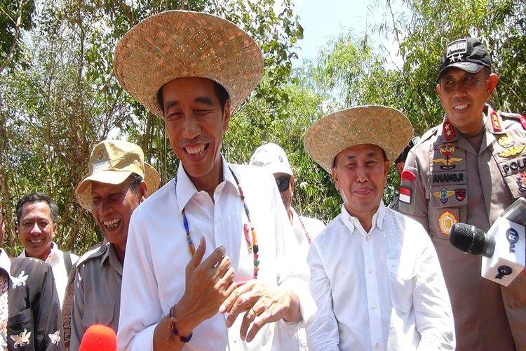 Presiden Joko Widodo didampingi Gubernur Kalimantan Tengah saat berada di salah satu titik lokasi calon Ibu Kota baru