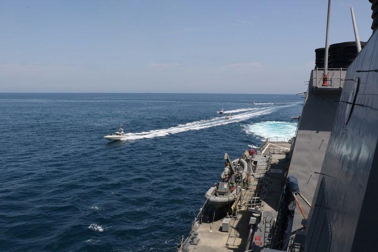 Empat kapal Angkatan Laut Pengawal Revolusi Islam Iran (IRGCN) bermanuver dalam apa yang dikatakan Angkatan Laut AS adalah tindakan tidak aman dan tidak profesional terhadap kapal-kapal Militer AS dengan melintasi busur dan buritan kapal dalam jarak dekat. Kapal-kapal Iran terlihat mendekati kapal berpeluru kendali USS Paul Hamilton, pada 15 April 2020.