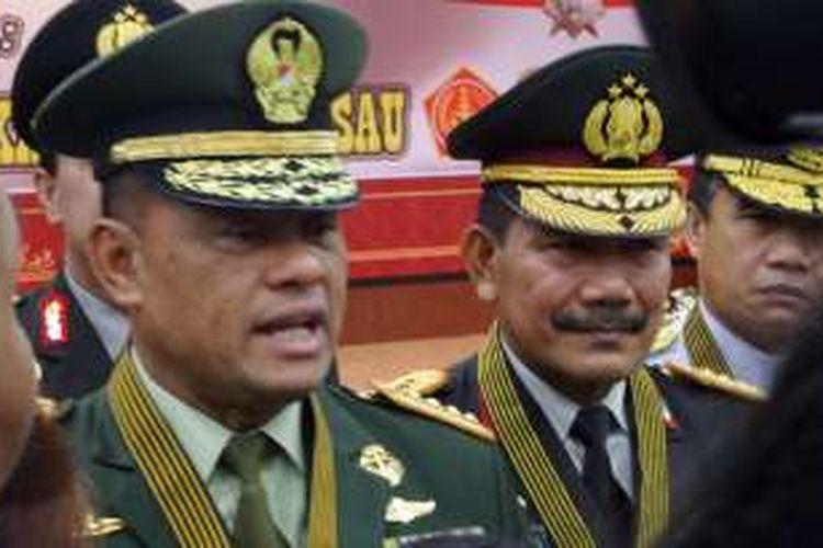 Panglima TNI Jenderal Gatot Nurmantyo (kiri) dan Kapolri Jenderal Pol Badrodin Haiti dalam acara penganugerahan Bintang Bhayangkara Utama di Gedung Rupatama Mabes Polri, Jakarta (16/5/2016).