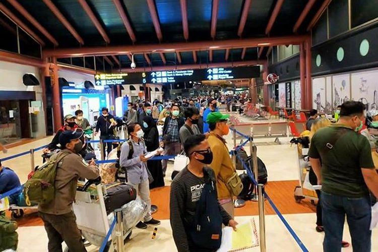 Antrean penumpang di Terminal 2 Bandara Soekarno-Hatta, Kamis (14/5/2020) pagi.