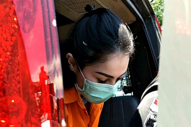 Jennifer Dunn tiba di gedung Kejaksaan Negeri Jakarta Selatan di Jagakarsa, Jakarta Selatan, Kamis (15/3/2018), untuk diserahkan polisi ke kejaksaan.