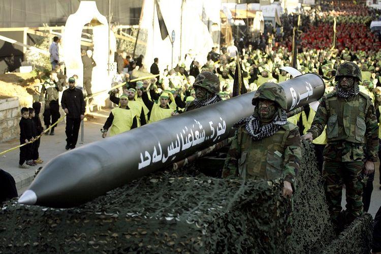 Pasukan Hezbollah Lebanon berparade sambil membawa misil Fajr 5 di kota Nabatiyeh, wilayah selatan Lebanon.