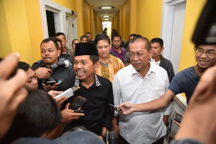 Ketua DPD Golkar Jabar Dedi Mulyadi saat menyambut Wakil Gubernur Jawa Barat Deddy Mizwar di kantor DPD Golkar Jabar, Bandung, Jawa Barat, Senin (6/11/2017).