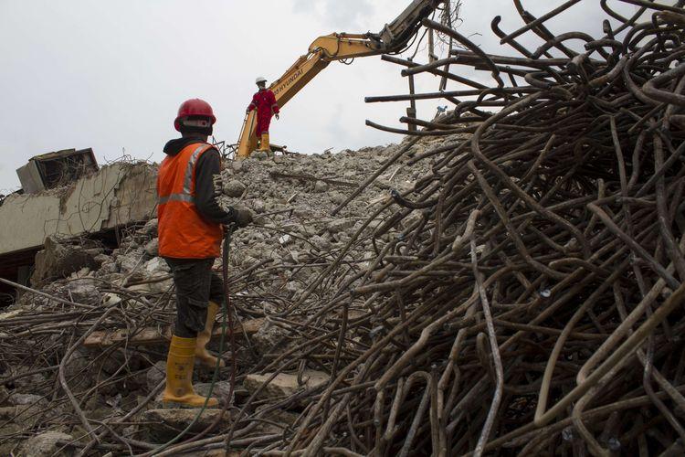 Pekerja beraktivitas di lokasi proyek revitalisasi Taman Ismail Marzuki (TIM), Cikini, Jakarta Pusat, Selasa(11/2/2020). Pembongkaran gedung Graha Bhakti Budaya dan Galeri Cipta I ditargetkan rampung pada bulan maret.