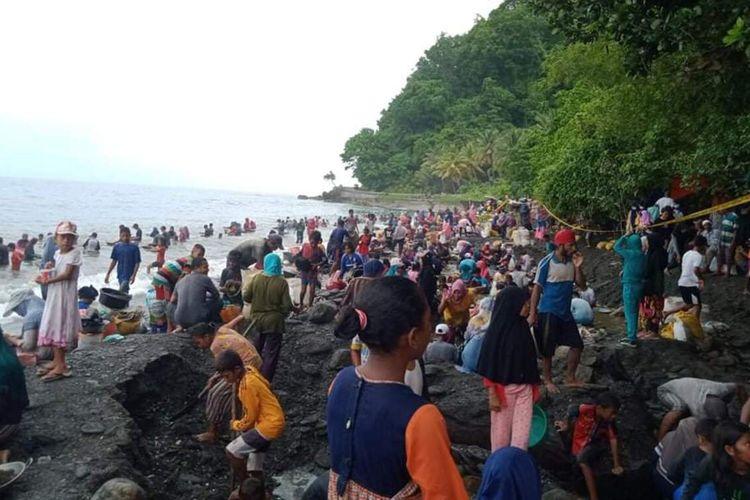 Ribuan warga mendatangi Pantai Pohon Batu di Desa Tamilow, Kecamatan Amahai, Maluku Tengah, untuk mendulang emas, Minggu (28/3/2021).