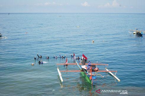 HUT RI, Bendera Merah Putih Terbentang di Bawah Laut Botubarani Gorontalo