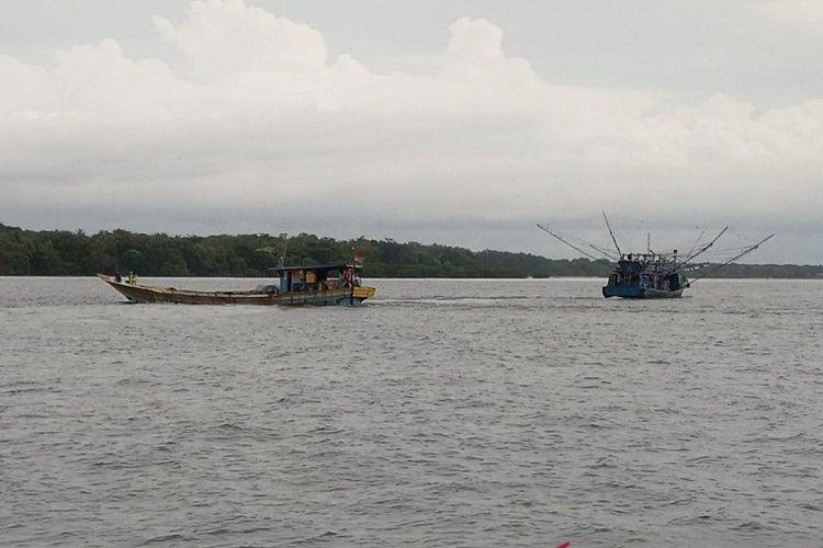 Kapal nelayan terlihat melintasi wilayah perairan di sekitar Pulau Sebaru, Kepulauan Seribu, DKI Jakarta, jumat (28/2/2020)