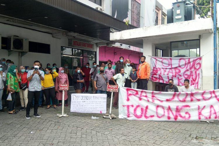 Puluhan tenaga kesehatan (nakes) Rumak Sakit Umum Permata Bunda di Medan berunjuk rasa menuntut pembayaran gaji mereka yang ditunggak selama dua bulan, Senin (7/6/2021).