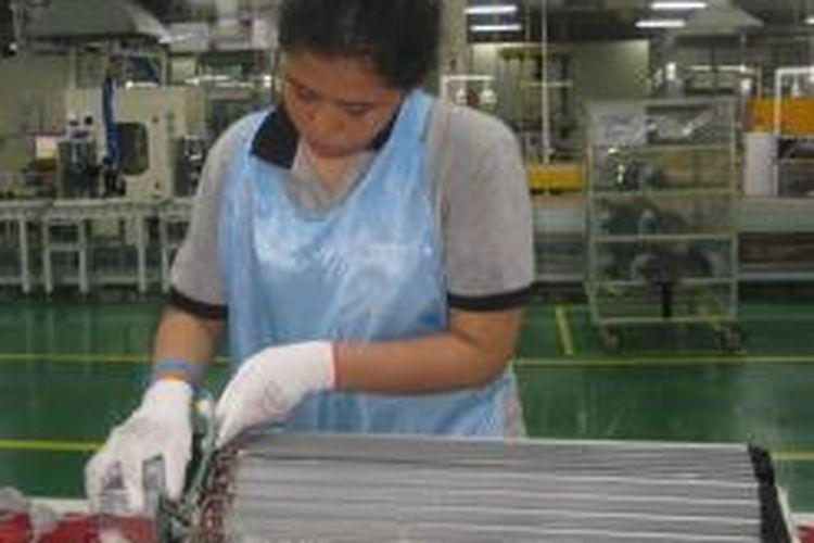 Ilustrasi: Pekerja merakit pendingin udara (AC)  di pabrik LG Cibitung, Kabupaten Bekasi, Jawa Barat.