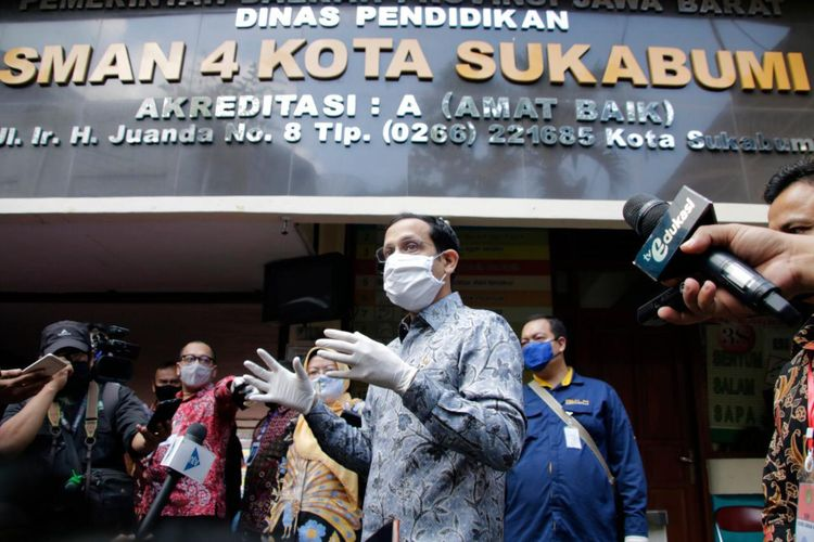 Mendikbud Nadiem Makarim saat mendampingi Wapres Maruf Amin meninjau Sekolah Menengah Atas (SMA) Negeri 4, Kota Sukabumi, Jawa Barat, Rabu (08/07/2020).