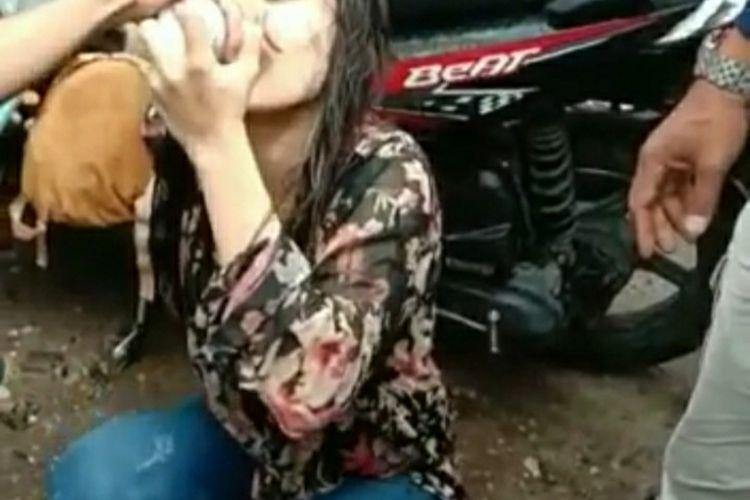 Capture video viral seorang remaja yang diduga mabuk narkoba joget di pinggir Jalan Arifin Ahmad, Kota Pekanbaru, Riau, Rabu (1/1/2020).