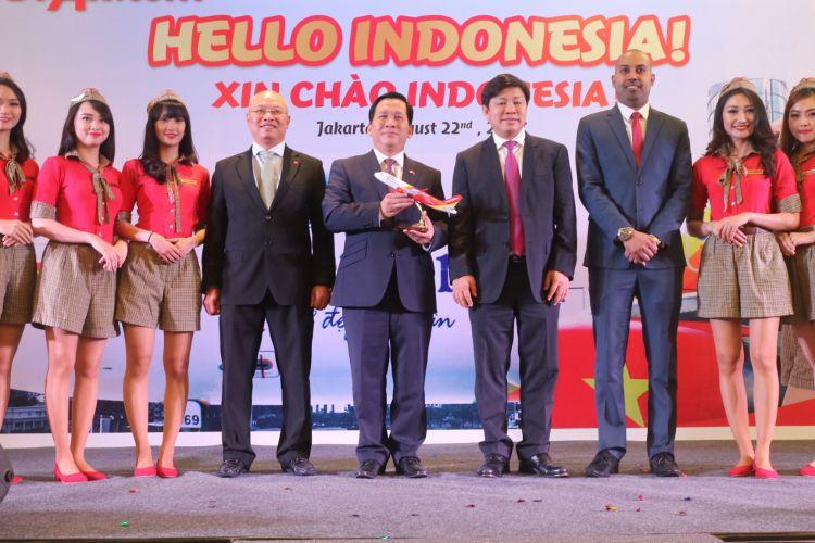 Direksi maskapai Viet Jet Air berfoto dengan pramugari setelah resmi mengumumkan rencana pembukaan rute Jakarta-Ho Chi Minh, di Hotel Mandarin Oriental Jakarta, Selasa, (22/8/2017).