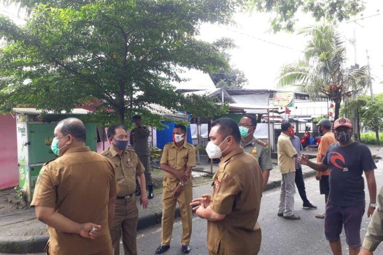 Pascabentrok di depan kampus Universitas Pattimura AMbon, sejumlah pejabat pemprov Maluku langsung melakukan pendataan kepada rumah-rumah warga yang mengalami kerusakan tak jauh dari lokasi bentrokan di Desa Poka, Kecamatan Teluk AMbon, Selasa (13/10/2020)