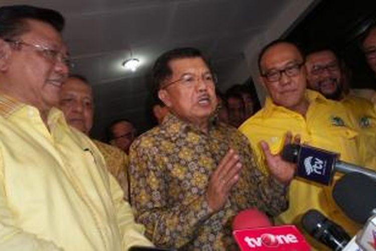 Wakil Presiden Jusuf Kalla diapit dua Ketua Umum Golkar yang berseteru dalam hal kepengurusan, Aburizal Bakrie dengan Agung Laksono di Kantor DPP Golkar, Slipi, Jakarta Barat, Minggu (