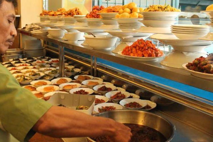 Banyak pilihan menu tersedia di Restoran Padang.
