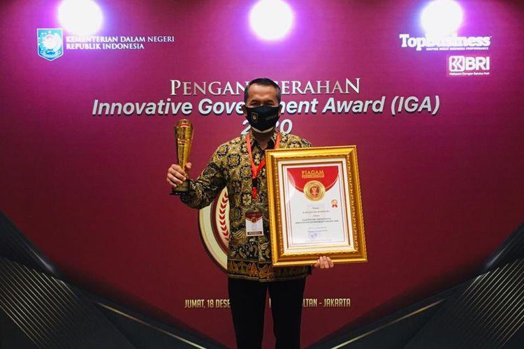 Bupati Wonogiri, Joko Sutopo memegang piala dan penghargaan sebagai sebagai kabupaten terinovatif di Indonesia dalam malam penganugerahan Innovative Goverment Award 2020 di The Sultah Hotel and Residence Jakarta, Jumat (18/12/2020)