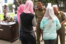 Terjaring Razia Polisi Syariah, Wanita Berbaju Ketat Diberi Kain Sarung
