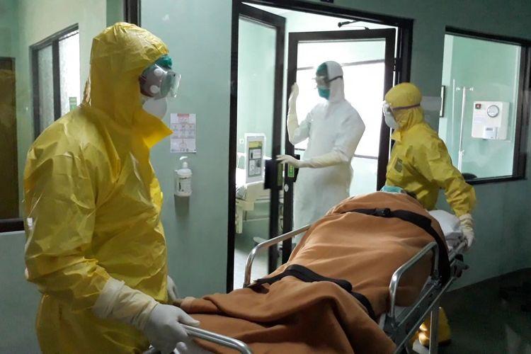 Ilustrasi - Tim medis RSUP Sanglah dalam simulasi penanganan pasien terjangkit virus corona di Ruang Isolasi Nusa Indah, Rabu (12/2/2020).