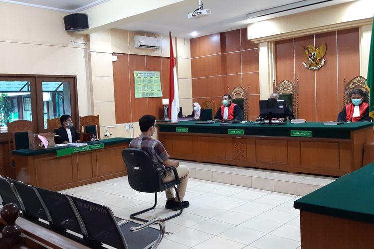 Terdakwa kasus pembajakan film Keluarga Cemara produksi Visinema Pictures keberatan dan tertekan dengan kehadiran media di ruang sidang Pengadilan Negeri Jambi, pada Kamis (28/1/2021).
