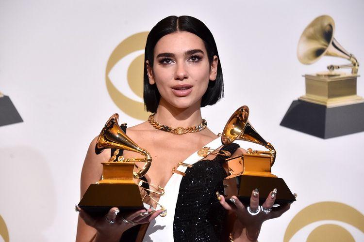Dua Lipa berpose dengan dua trofi Grammy usai perhelatan Grammy Awards 2019 di Staples Center, Los Angeles, California, Minggu (10/2/2019).