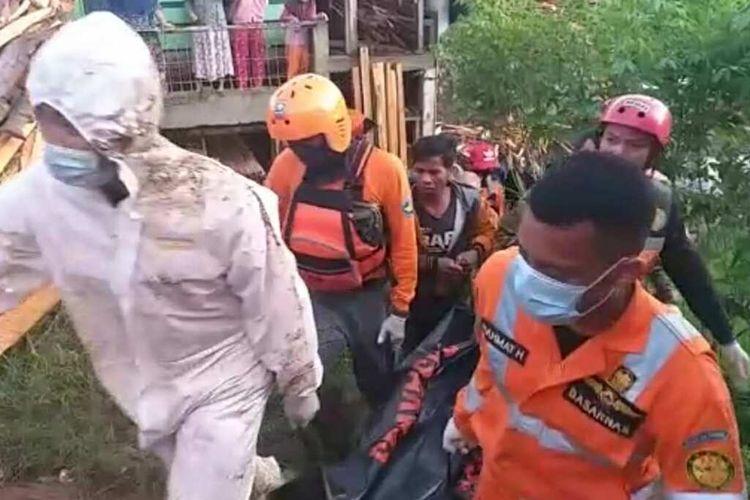 Tim SAR gabungan temukan korban banjir bandang dalam kondisi tewas di Desa Ciherang, Sumedang Selatan, Sumedang, Jawa Barat, Jumat (26/3/2021) pagi. AAM AMINULLAH/KOMPAS.com