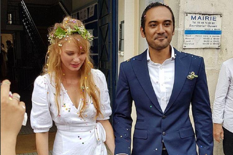 Artis peran Ario Bayu dan Valentine Payen usai meresmikan pernikahan di balai kota Corme-Royal, Perancis, Sabtu (8/7/2017).