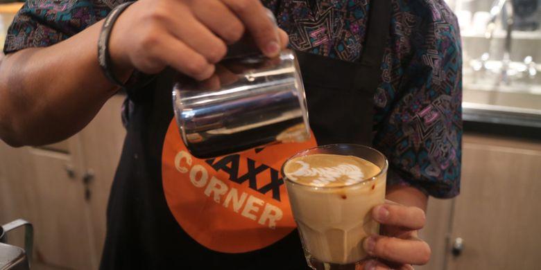 Pembuatan latte art oleh Viki Rahardja barista senior Indonesia, pemenang Latte Art Wold Championship 2014, saat peresmian gerai MAXX Corner, Plaza Semanggi, Rabu (16/8/2017) lalu.