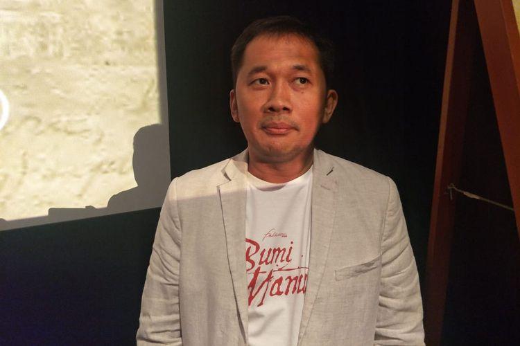 Hanung Bramantyo saat diwawancarai usai jumpa pers peluncuran poster film Bumi Manusia di XXI Epicentrum, Kuningan, Jakarta Selatan, Rabu (19/6/2019).
