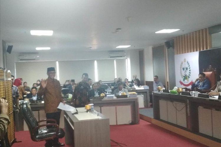 Gubernur Sulawesi Selatan Nurdin Abdullah saat memasuki ruang sidang angket di lantai 8 Gedung DPRD Sulsel, Kamis (1/8/2019).