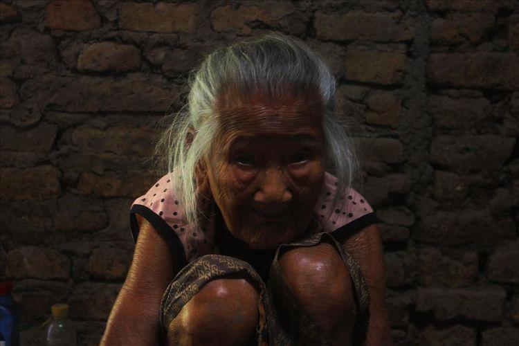 Nenek Sarni, membuat gerabah merupakan pekerjaan dari mbeh buyutnya dahulu. Pekerjaan mebuat gerabah sudah diturnkan 7 turunan.