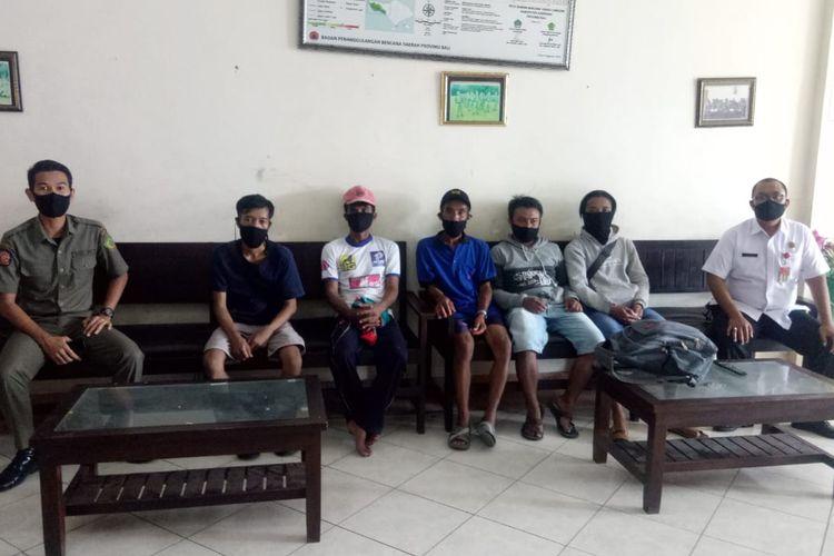 5 Warga asal Banyuwangi saat didata oleh Satpol PP Jembrana, Rabu (3/6/2020).