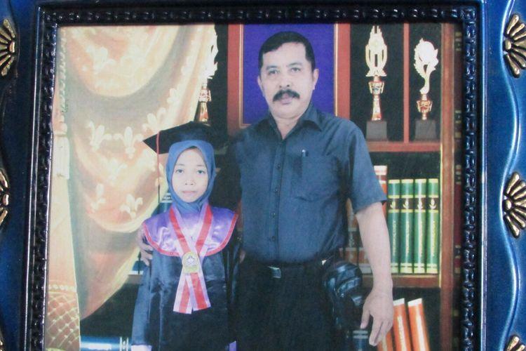 Ramli (57) dan Johra (56) kedua orangtua Nabila Azzahra (16) memperlihatkan sejumlah foto Nabila dari masa ke masa. Senin, (13/1/2020).