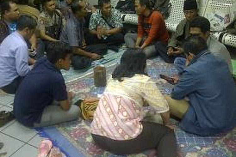 Pengurus LPSK berdiskusi dengan keluarga aktifis LSM korban penembakan.