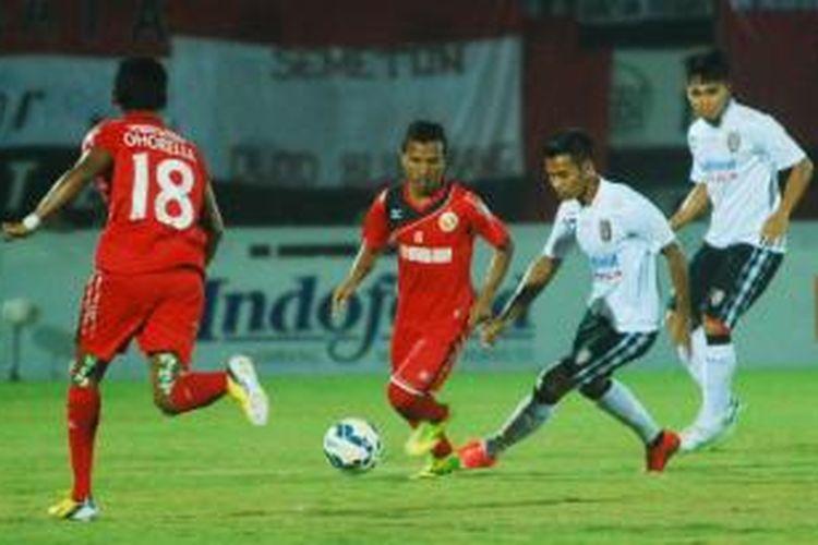 Pemain Semen Padang, Hendra Bayauw (tengah), dalam pertandingan lanjutan Grup B Piala Jenderal Sudirman menghadapi Bali United di Stadion I Wayan Dipta, Gianyar, Bali, pada Kamis (26/11/2015).