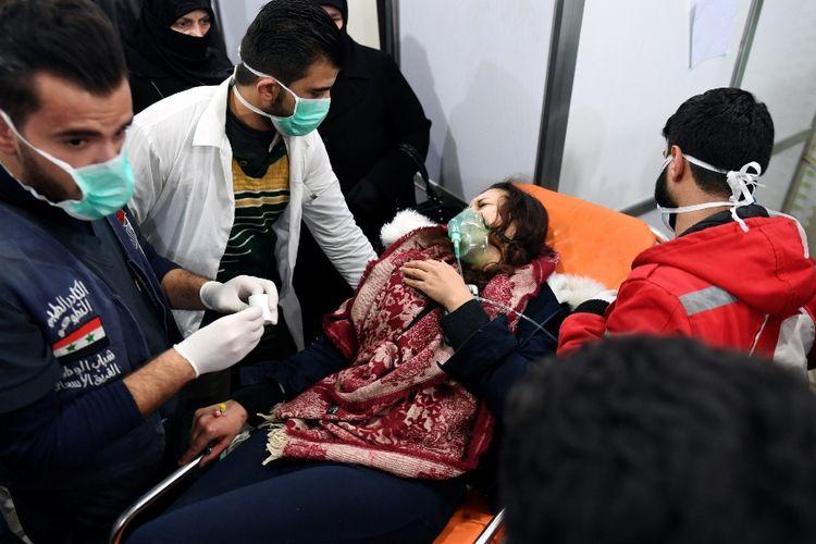 Petugas medis memberi pertolongan kepada wanita Suriah yang menjadi korban serangan di kota Aleppo dan diduga terpapar gas beracun yang mengandung klorin, Sabtu (24/11/2018).