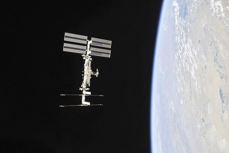 Foto yang dirilis NASA pada November 2018, memperlihatkan stasiun luar angkasa internasional yang mengorbit Bumi, ISS.