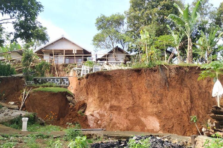 Rumah-rumah semakin terancam ambles akibat bencana tanah bergerak di Dusun Ciherang, Desa Cijangkar, Kecamatan Nyalindung, Sukabumi, Jawa Barat, Kamis (25/3/2021).