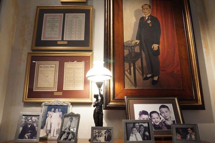 Deretan bingkai foto keluarga pendiri House of Sampoerna