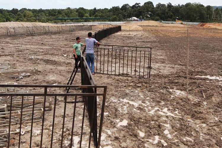 Pembangunan sirkuit bagi penyelenggaraan putaran kedua Kejuaraan Dunia Motokros (MXGP) 2017 di Pangkal Pinang, Bangka Belitung, telah mencapai 98 persen dan terus dikebut pembangunannya seperti terlihat Rabu (1/3). Hujan menjadi kendala pembangunan sirkuit sepanjang 1,6 kilometer itu. MXGP akan berlangsung 4-5 Maret.  Kompas/Priyombodo (PRI) 01-03-2017