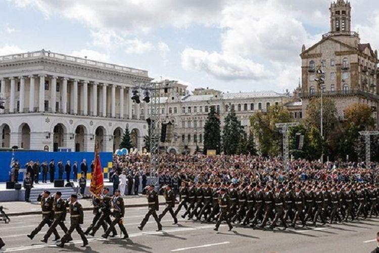Satu unit militer Angkatan Bersenjata Ukraina berbaris di Lapangan Kemerdekaan Kiev, Ukraina, 24 Agustus 2017, dalam sebuah parade memperingati Hari Kemerdekaan negara tersebut.  Tak jauh dari sana, terjadi ledakan yang menyebabkan dua orang terluka.