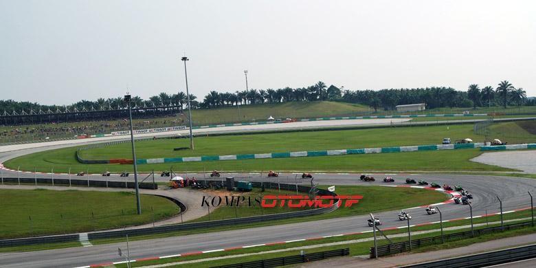 Aksi pebalap MotoGP di Sirkuit Sepang, Malaysia, Minggu (27/10/2014).