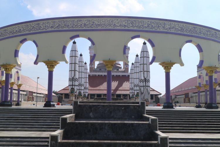 Gerbang coloseum di Masjid Agung Jawa Tengah diadopsi dari gaya arsitektur eropa.