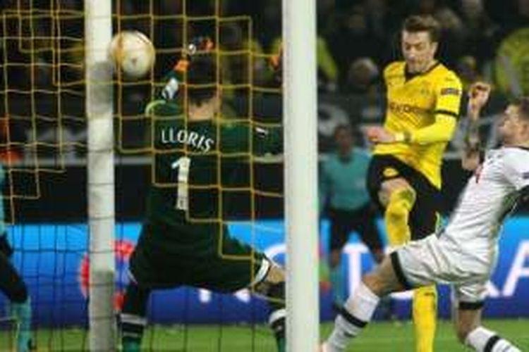 Pemain Borussia Dortmund, Marco Reus, mencetak gol ke gawang Tottenham Hotspur dalam pertandingan leg pertama babak 16 Besar Liga Europa, Kamis (10/3/2016).