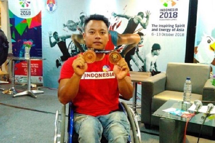 Doni Yulianto menunjukkan medali yang diperoleh di Asean Para Games Malaysia Jumat (22/12/2017).