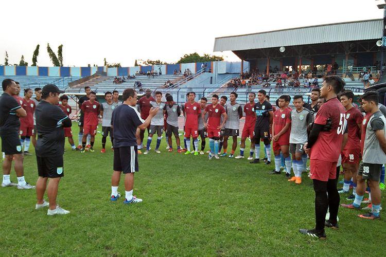 Aji Santoso dan tim pelatih Persela Lamongan, saat memberikan arahan kepada para pemain di akhir agenda seleksi, Rabu (9/1/2019).