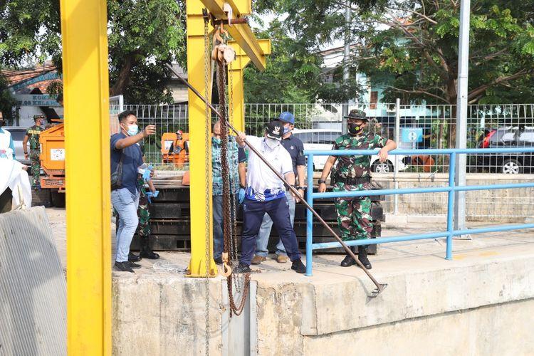 Pemerintah Kota Administrasi Jakarta Utara bersama Puspomal TNI AL melaksanakan Gerebek Lumpur di Sungai BGR, Kelapa Gading, Minggu (27/9).