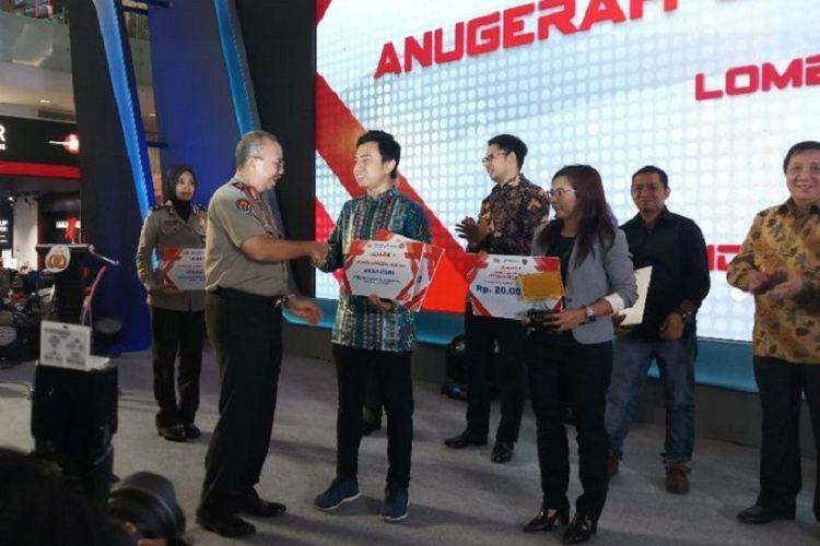 Harian Kompas dan Kompas TV saat menerima hadiah utama Anugerah Jurnalistik Polri 2018. Keduanya berkesempatan mengikuti dan meliput kunjungan kerja Kapolri ke luar negeri.