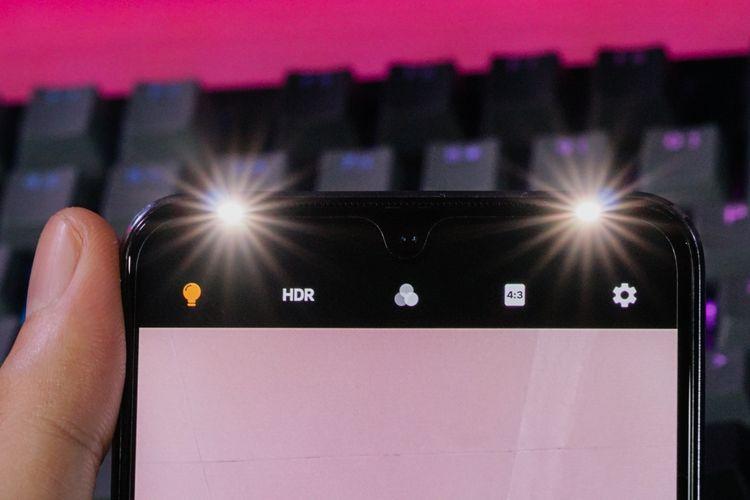 Kamera selfie kini turut dibekali dengan sepasang LED flash di samping kanan dan kiri sebagai penerangan tambahan di kondisi low-light.