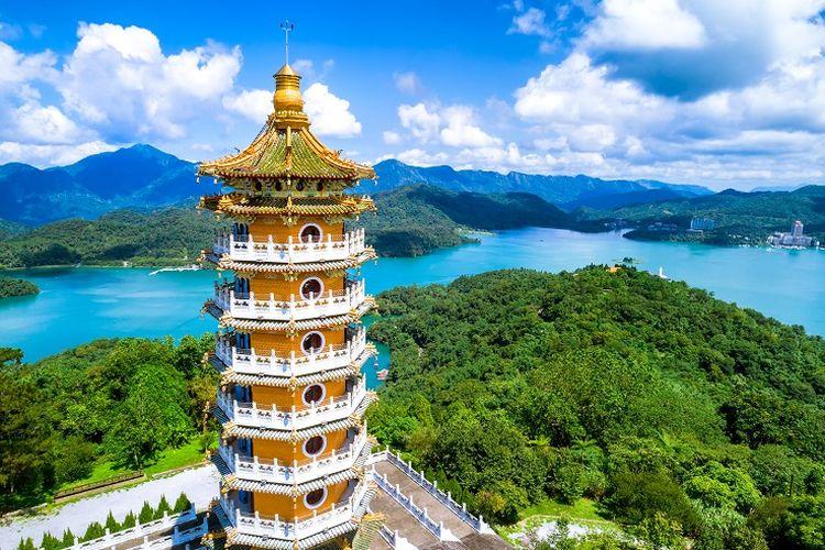 Ilustrasi Taiwan - Pemandangan Ci En Pagoda yang terletak dekat dengan Sun Moon Lake di Nantou.