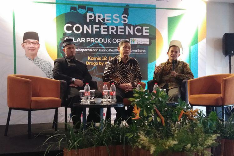 Kepala UPTD P3W (Diklat Perkoperasian dan Wirausaha) Jawa Barat Deni Handoyo (tengah), Peri Risnandar Ketua Koperasi Pesantren Daarut Tauhid Bandung (kiri) dan Wawan Dhewanto, Pengamat Kewirausahaan Dosen SBM ITB saar hadir dalam acara konferensi pers gelar produk OPOP di Braga Art Hotel, Kota Bandung, Kamis (12/12/2019).
